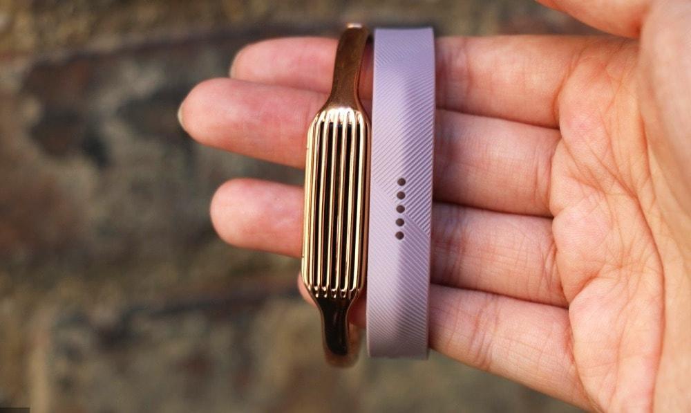 Фитнес-трекер Fitbit Flex на руке.