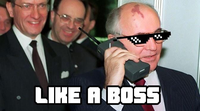 Михаил Сергеевич Горбачёв говорит по старому телефону.