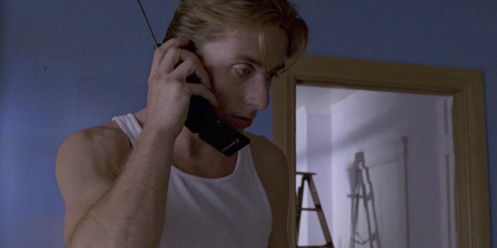 Тим Рот со старым телефоном 80-ых.