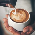 Смарт-чашка HEATLIE с кофе.