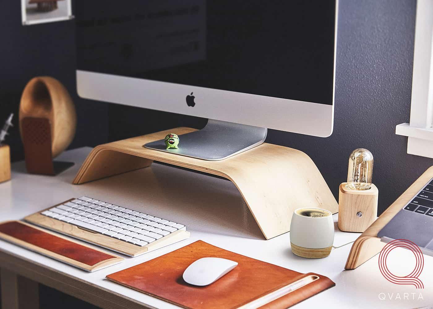 Смарт-чашка HEATLIE с кофе в интерьере возле компьютера.