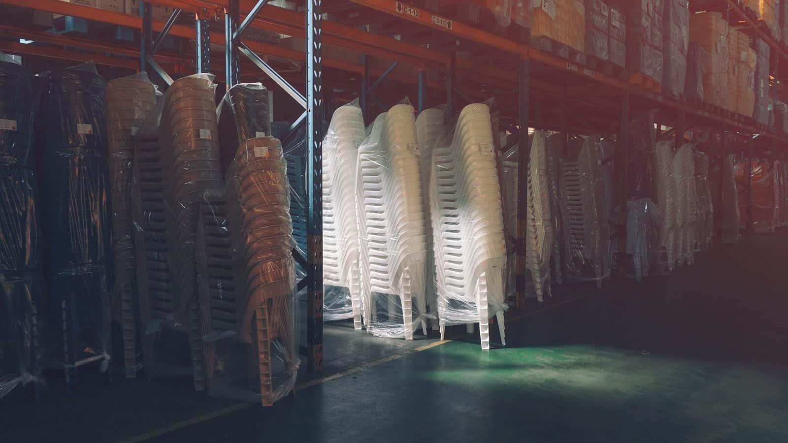 Практическое применение дизайна стульев. Они очень удобно складываются.