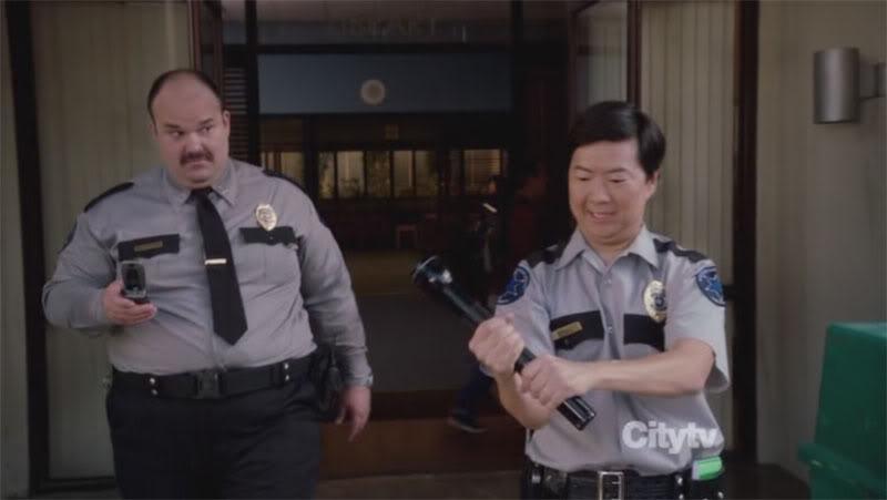 Полицейские с фонариками.