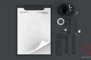 Фото набора канцелярии с лого Qvarta, вид сверху.