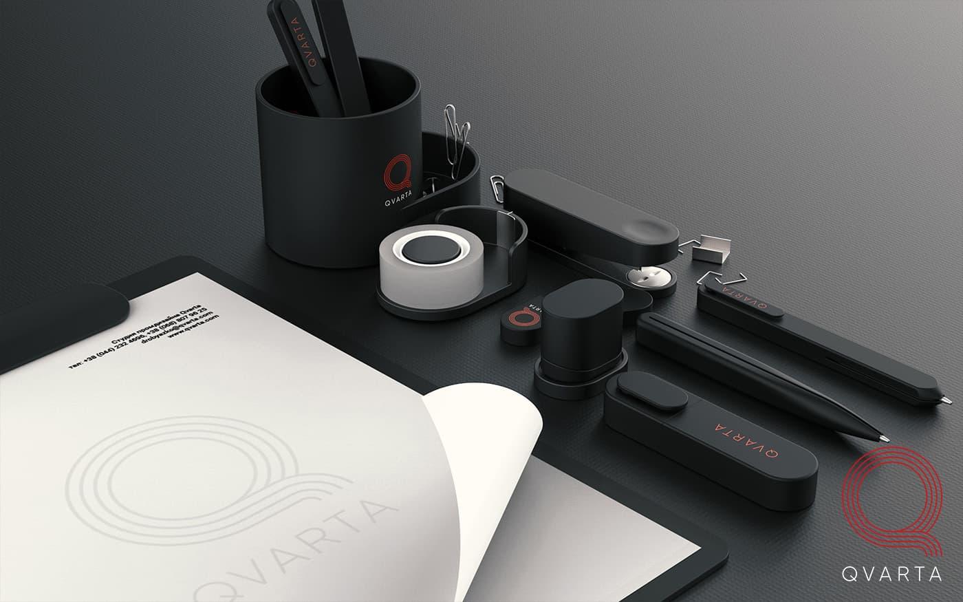 Фото набора канцелярии с лого Qvarta, вид сбоку.
